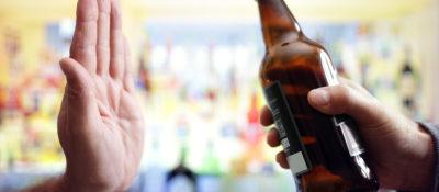 Jak odmawiać alkoholu w towarzystwie? Jak dobrze się bawić, pijąc odpowiedzialnie?