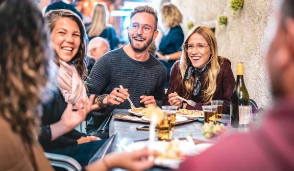 Nastolatek (nieletni) na imprezie rodzinnej – czy częstować go alkoholem?